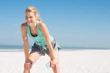 Femme faisant de l'exercice à la plage