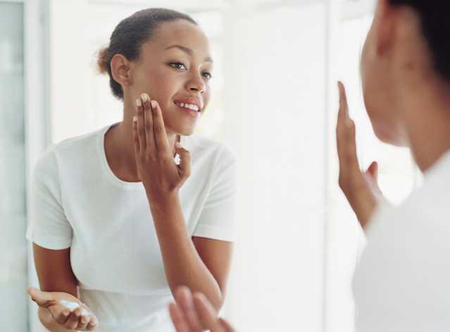 Femme hydratant son visage avec un produit NEUTROGENA®