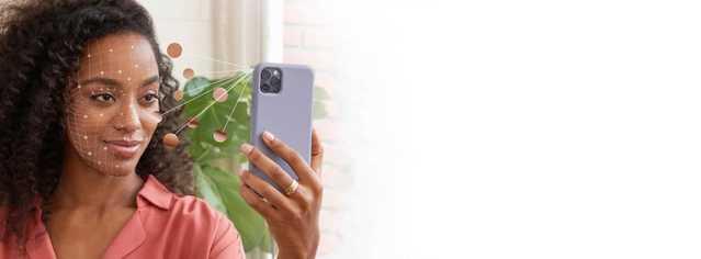 Femme qui tient un téléphone devant son visage pour utiliser l'application Neutrogena Peau360